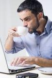 Giovane con la barba che lavora al computer portatile Fotografie Stock Libere da Diritti