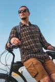 Giovane con la bicicletta che riposa vicino al mare Concetto urbano di estate di rilassamento di stile di vita di festa Immagine Stock