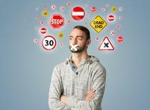 Giovane con la bocca ed i segnali stradali incollati Fotografia Stock Libera da Diritti