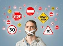 Giovane con la bocca ed i segnali stradali incollati Immagini Stock