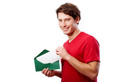 Giovane con la busta per il vostro testo Fotografie Stock