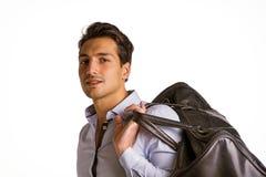 Giovane con la grande borsa di cuoio sopra la spalla Immagini Stock Libere da Diritti