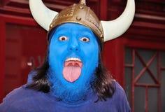 Giovane con la mascherina blu sul suo fronte Fotografia Stock