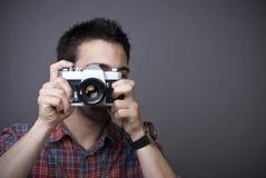 Giovane con la retro macchina fotografica della foto Fotografia Stock Libera da Diritti