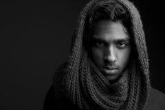 Giovane con la testa della copertura della sciarpa della lana fotografie stock