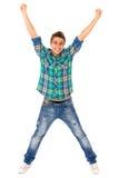 Giovane con le braccia alzate Fotografia Stock
