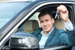 Giovane con le chiavi che si siedono dentro l'automobile Fotografia Stock Libera da Diritti