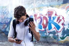 Giovane con le cuffie che ascolta la musica Immagine Stock Libera da Diritti