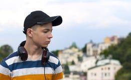 Giovane con le cuffie che ascolta la musica Immagini Stock Libere da Diritti