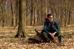 Giovane con lo zaino che fa un'escursione nella natura della foresta e nel concetto di esercizio fisico fotografia stock libera da diritti