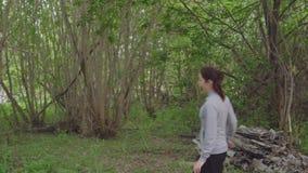 Giovane con un funzionamento dell'ascia dopo una donna video d archivio