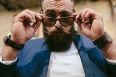 Giovane con una barba lunga Fotografie Stock Libere da Diritti