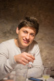 giovane con una bevanda Fotografia Stock Libera da Diritti