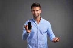 Giovane con uno smartphone Fotografia Stock Libera da Diritti