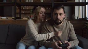 Giovane concentrato sul gioco dei video giochi stock footage