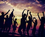 Giovane concetto adulto di dancing del partito della spiaggia di estate Immagini Stock