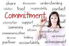 Giovane concetto di impegno di scrittura della donna di affari Isolato su bianco immagine stock