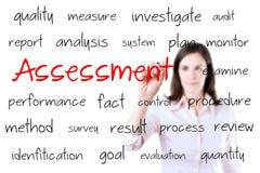 Giovane concetto di valutazione di scrittura della donna di affari. Isolato su bianco. Fotografia Stock