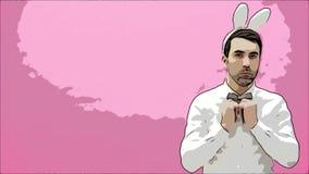 Giovane condizione bella dell'uomo su un fondo rosa Avendo regolato esattamente la farfalla sulla camicia e le maniche video d archivio