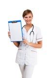 Giovane condizione del medico isolata su priorità bassa bianca Immagine Stock Libera da Diritti