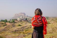 Giovane condizione indiana della donna sulla collina immagine stock libera da diritti