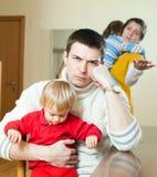 Giovane conflitto della famiglia Uomo turbato dei giovani contro la donna di tristezza Immagini Stock Libere da Diritti