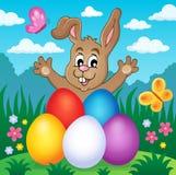 Giovane coniglietto con il tema 2 delle uova di Pasqua Fotografia Stock