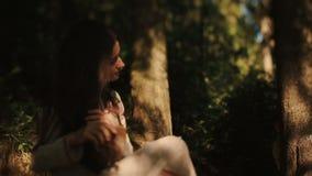 Giovane connazionale carpatico che spia sulla bella crisalide della foresta mentre lei che pettina le sue trecce Storia di amore  stock footage