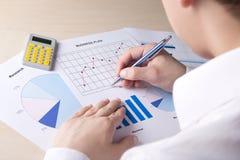Giovane contabilità di bussinessman qualcosa con il calcolatore in offic Fotografia Stock