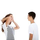Giovane conversazione adolescente delle coppie Immagini Stock Libere da Diritti