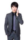 Giovane conversazione asiatica dell'uomo d'affari al cellulare Fotografia Stock Libera da Diritti