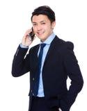 Giovane conversazione asiatica dell'uomo d'affari al cellulare Fotografie Stock Libere da Diritti