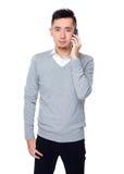 Giovane conversazione asiatica dell'uomo d'affari al cellulare Fotografia Stock