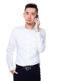 Giovane conversazione asiatica dell'uomo d'affari al cellulare Immagine Stock