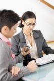 Giovane conversazione delle donne di affari Immagini Stock