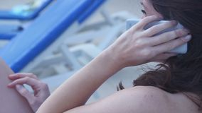 Giovane conversazione femminile castana sullo smartphone, avendo conversazione archivi video
