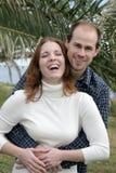 Giovane coppia sposata che ha divertimento fotografie stock