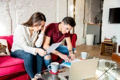 Giovane coppia sposata con i problemi e lo stress emotivo di finanza fotografie stock