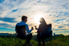 Giovane coppia sposata con un bicchiere di vino fotografia stock libera da diritti