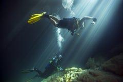 Giovane coppia sposata - tana dei diavoli di immersione subacquea Immagini Stock
