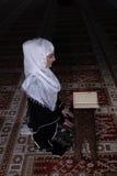 Giovane Corano musulmano della lettura della donna Fotografia Stock