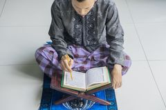 Giovane Corano musulmano devoto della lettura dell'uomo Fotografia Stock Libera da Diritti