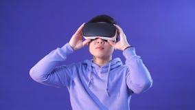 Giovane coreano sorpreso da qualcosa nella realtà virtuale stock footage