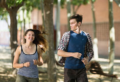 Giovane correre allegro delle coppie all'aperto Fotografie Stock