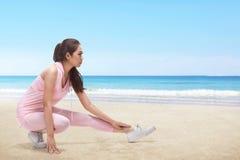 Giovane corridore asiatico della donna che allunga le gambe prima del fare allenamento Fotografia Stock Libera da Diritti