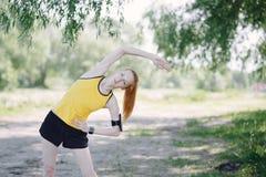 Giovane corridore della donna di forma fisica che allunga corpo prima del funzionamento Fotografia Stock Libera da Diritti