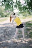 Giovane corridore della donna di forma fisica che allunga corpo prima del funzionamento Fotografie Stock