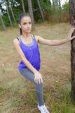 Giovane corridore della donna di forma fisica che allunga le gambe prima del funzionamento Immagine Stock
