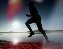 Giovane corridore esile sulla spiaggia, corridore tropicale dell'uomo di forma fisica della traccia Sportivo allegro fatto funzio Fotografie Stock Libere da Diritti