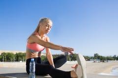 Giovane corridore femminile che riposa dopo l'allenamento all'aperto Immagine Stock Libera da Diritti